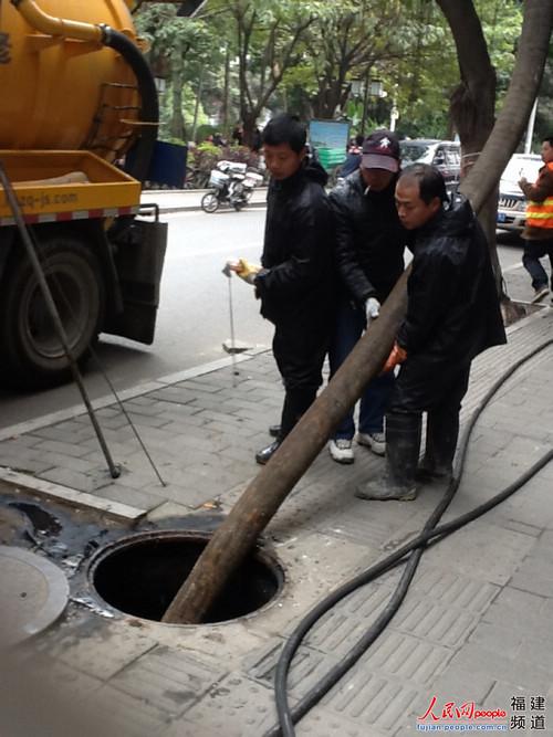 福州下水道疏通道_2月20日下午,管网疏通人员正在福州上海新村疏通污水管道