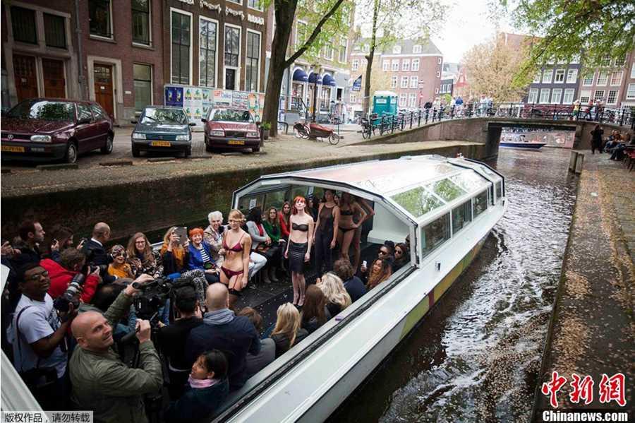荷兰船上演绎浮动时装周 模特甜美迷人身材火