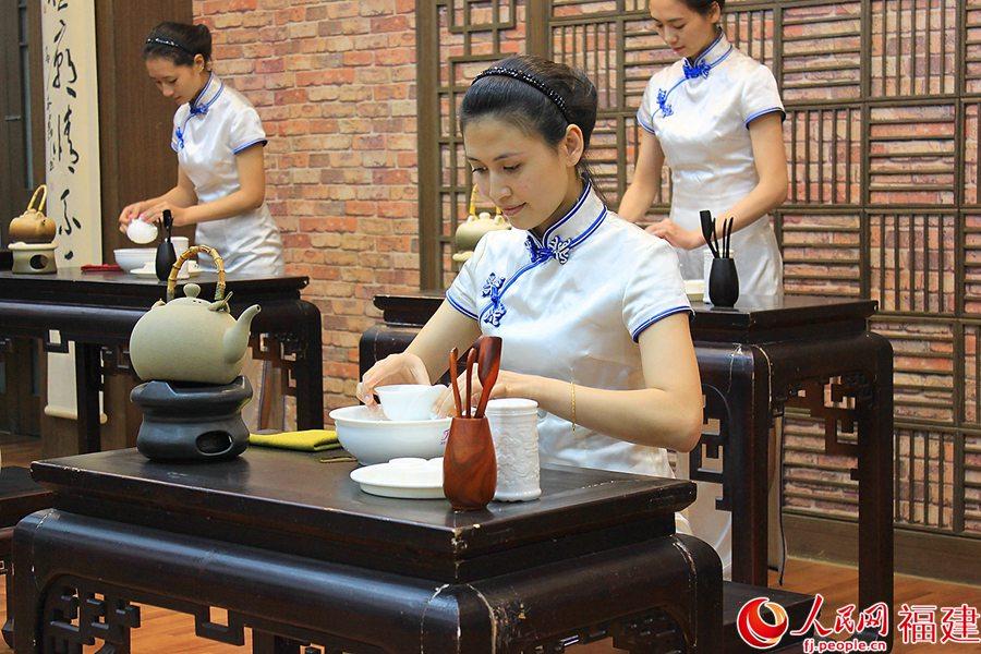 安溪美女秀茶艺:纤微毕露 指绕茶汤高清组图