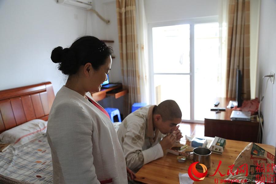 看着儿子满足地吃着汉堡,陈榕华的脸上露出了笑容.