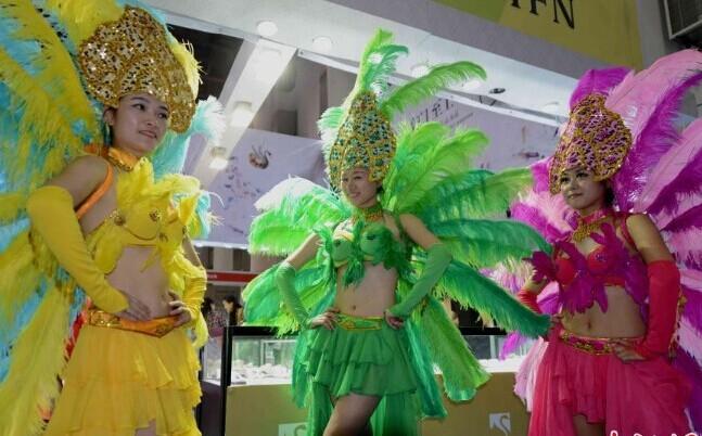 聚焦第十八届中国国际投资贸易洽谈美女戏衣仿换图片