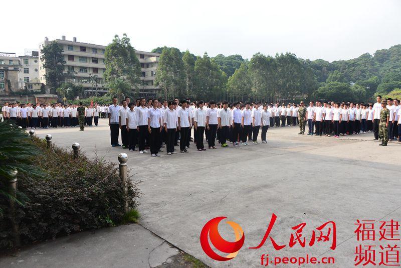边防官兵为福州三中学生军训现场图片