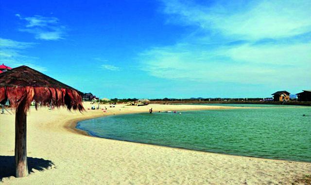 小嶝岛四面环海,礁石林立,碧海沙清,东与晋江隔海相望,西与大嶝岛比邻