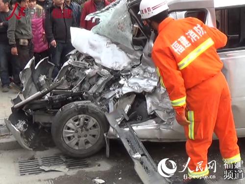 福州324国道发生车祸司机被困 实拍消防救人全程高清图片