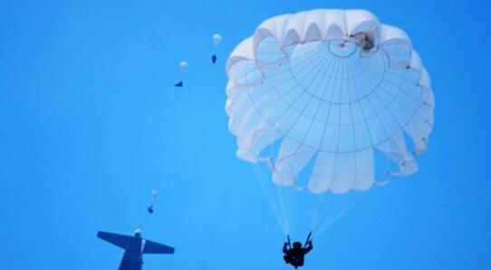 中国空降兵进行大飞机跳伞