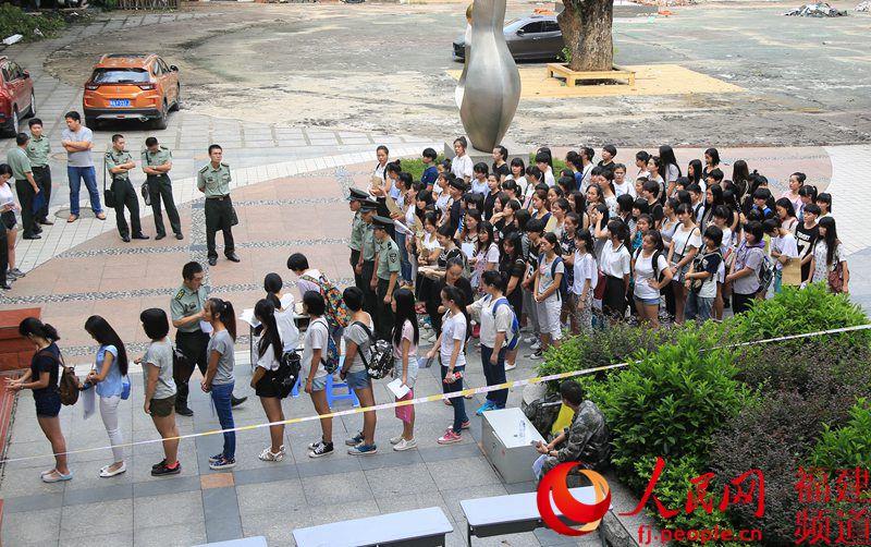 高清组图:爱红装更爱武装!福州女兵征召初检吸引高校女模--福建電動洗臉刷