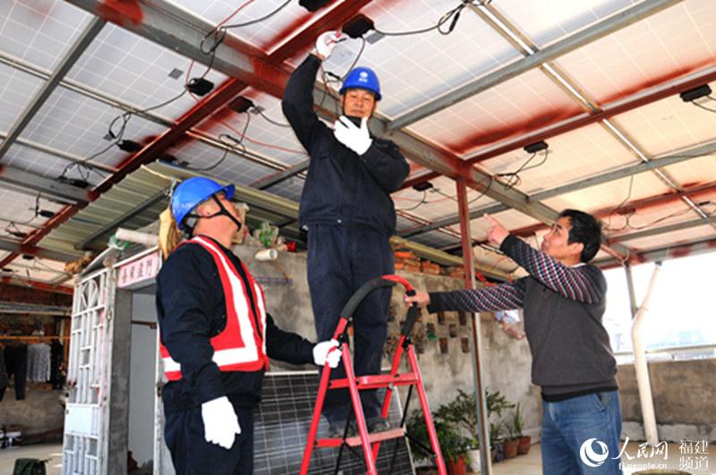 供电技术人员帮助光伏电站安装电池板联接线路