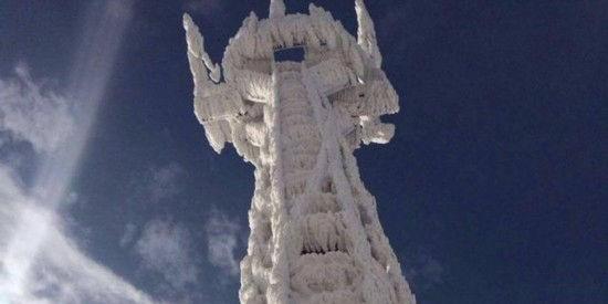 测风塔被冰封 变身九层妖塔