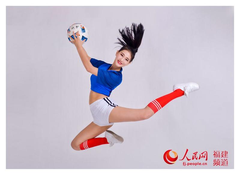 组图:厦航空姐化身足球宝贝助威欧洲杯