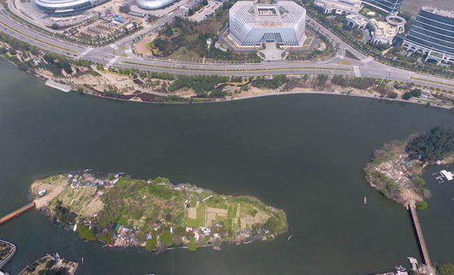 仓山区城门镇林浦岛整治正式启动。昨日,城门镇对其中小岛上的违建实施拆除,拆除违建面积约1500平方米。据悉,10日前,大岛上的违建也将被全部拆除。5月底前,林浦岛将被打造成生态岛。 两座岛以前都是树木丛生,生态优美。不过,近年来,有不少村民私自渡船上岛,破坏绿地后盖起违建,用作羊圈和鸭棚,还有人在河边建起了渔舍,进行水产养殖。城门镇相关负责人告诉记者,根据摸底,大小林浦岛上的违建面积约5000平方米,其中,小岛上有10多处,面积约1500平方米,大岛上则有50多处,面积约3500平方米。 今天开始,城