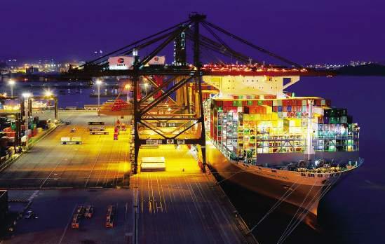 """世界最大集装箱船""""东方香港""""号首航靠泊厦门港"""