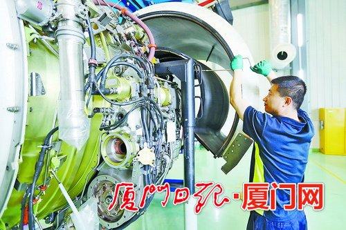 技术人员正在维修飞机发动机.(记者 王火炎 摄)