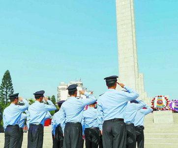 厦门市民前往烈士陵园瞻仰先烈