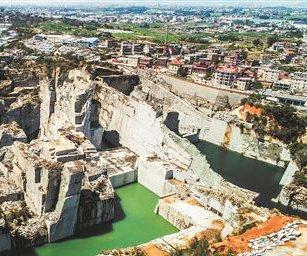 废弃石窟破坏环境还存安全隐患