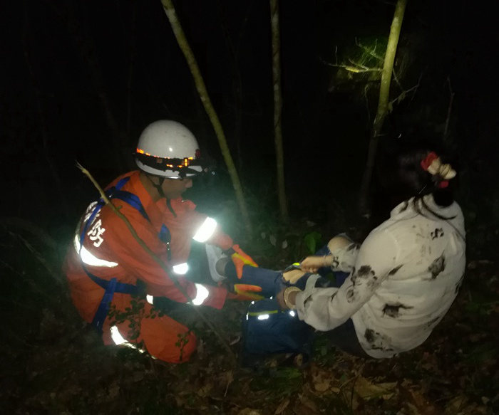 游客登武夷山走非景点路线不慎坠崖 消防官兵连夜救援