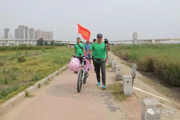 6月3日上午,   这样的装束成为   晋江流域的一道靓丽风景线.
