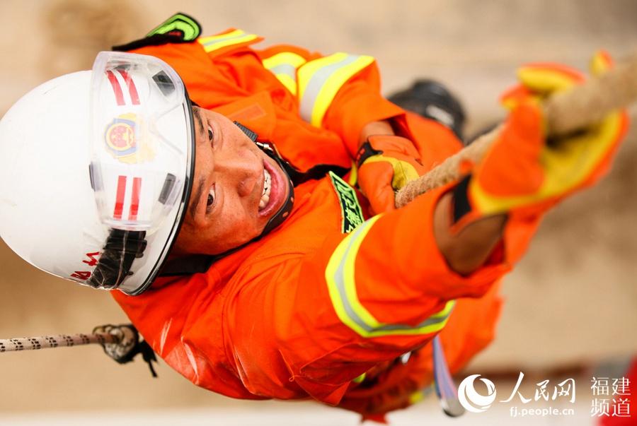 消防官兵正在进行绳索攀爬项目竞赛