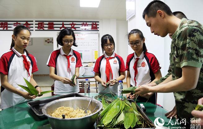 粽香军营 福州武警官兵与中学生包粽子迎端午