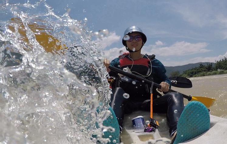 福州小伙划皮划艇上下班 从小划独木舟割水稻