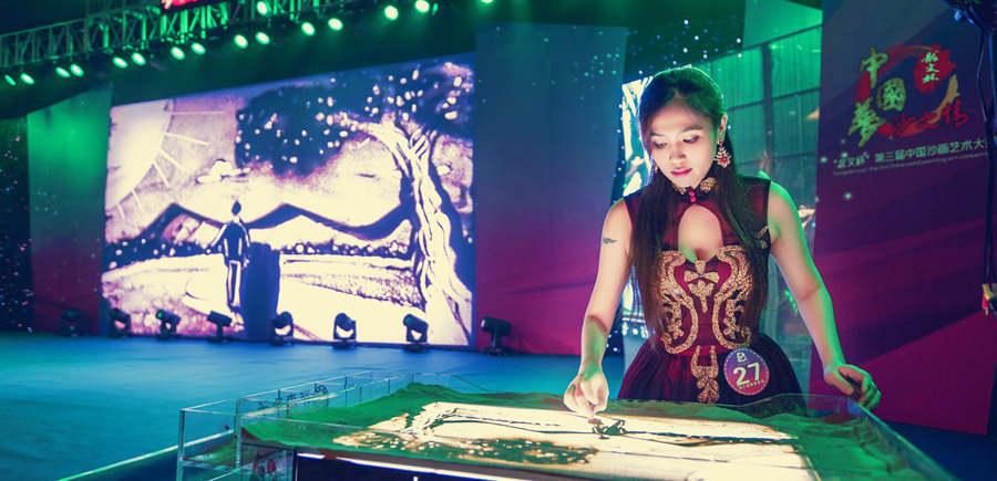"""第三届中国沙画艺术大赛漳州举行决赛赛事分为""""成人沙画表演比赛、少儿沙画表演比赛、固彩沙画创作比赛、沙画瓶创作比赛""""四类,并举办国际性沙画艺术高峰论坛。[阅读]"""