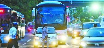 厦门:斑马线上有人慢悠悠 斑马线前司机干着急