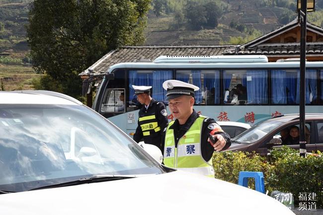 春节期间,南靖县公安局旅游警察大队民警在云水谣景区入口疏导交通。 张梦帆 摄