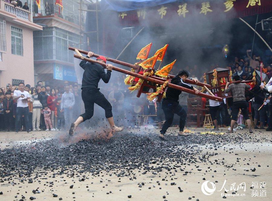 """新春""""踏火""""向前冲。"""