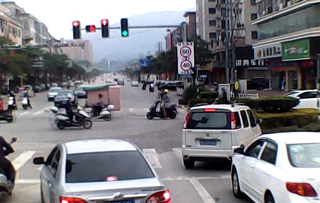 福建云霄:消防车出警 两辆私家车顶着红灯主动让行