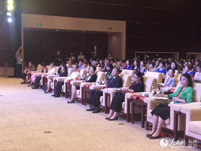 """""""闽籍女性发展大会""""在福州举行 发布出彩人生巾帼宣言"""