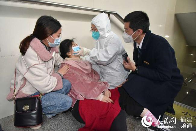 旅客突然��倒在地福州火�站工作