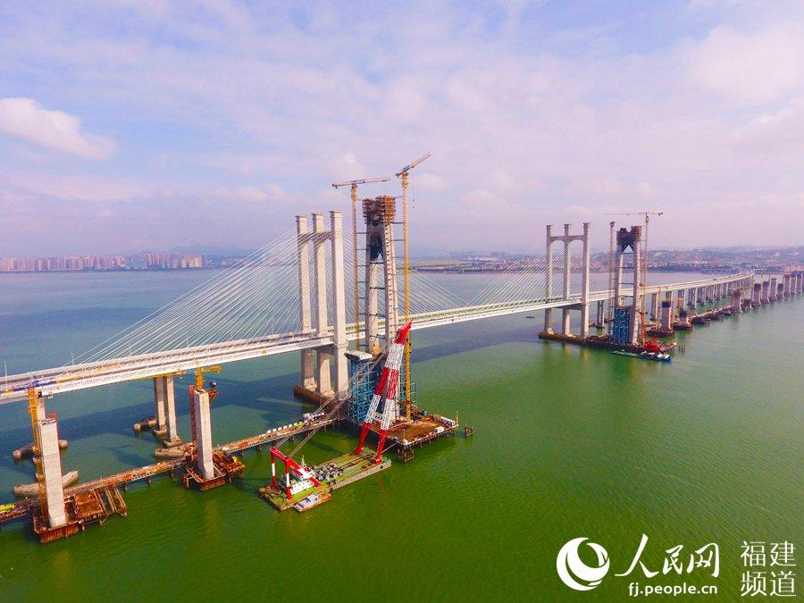 福厦高铁泉州湾跨海大桥主塔成功封顶。曹谱摄