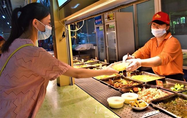学校食堂阿姨时常提醒就餐师生按需点餐。林泽楠摄
