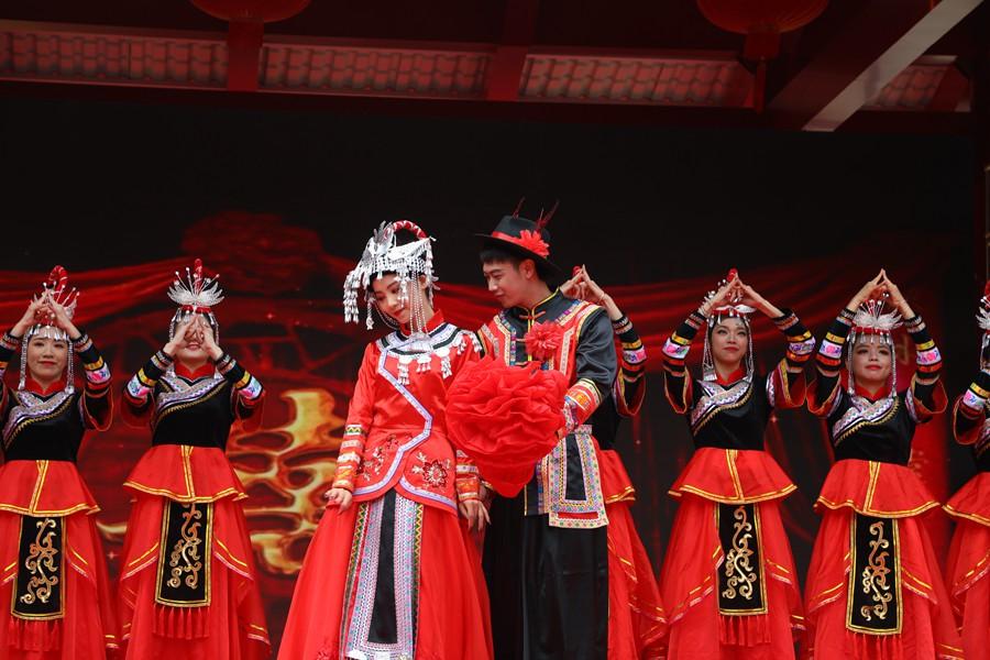4月14日,在漳州云霄坡兜村,畲乡群众表演畲族婚礼秀。谢勤杰摄