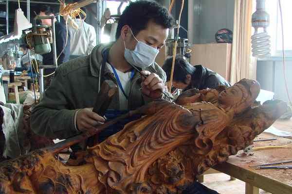 市仙游县一工艺美术教程的正在木雕雕刻工人产melon企业2015图片
