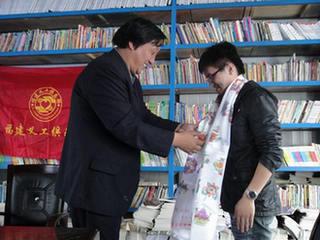 校长给支教义工戴上哈达。